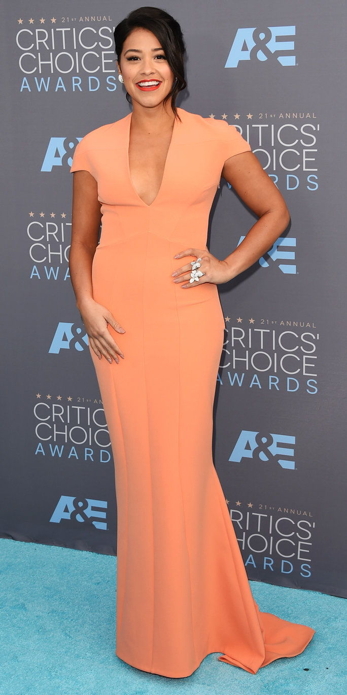 Attrice Gina Rodriguez attends the 21st Annual Critics' Choice Awards at Barker Hangar on January 17, 2016 in Santa Monica, California.