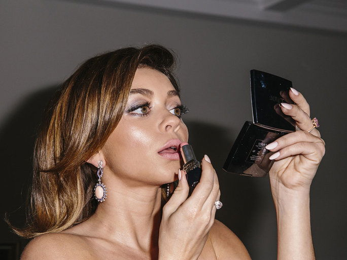 Sarah gives her pout one last splash of color before stepping out to the SAG Awards