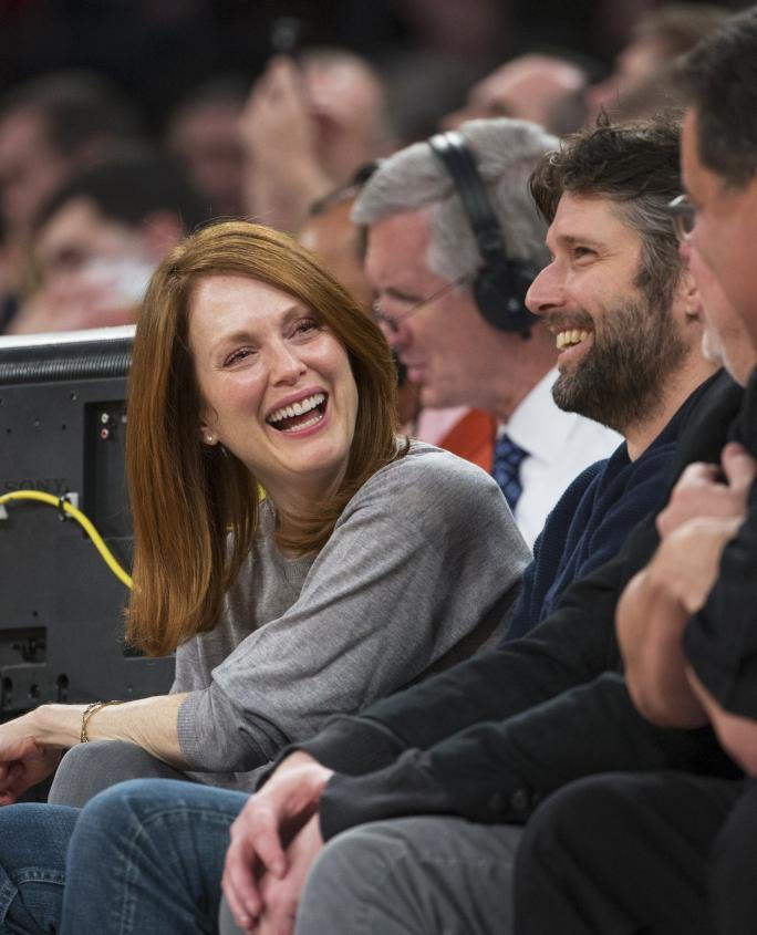 herečka Julianne Moore and her husband Bart Freundlich enjoy the Knicks game seated court side on