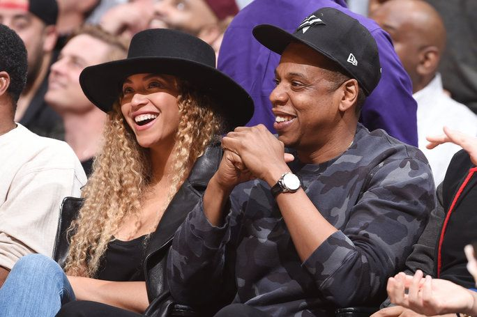 Penyanyi, Beyonce and Rapper, Jay-Z attend the Oklahoma City Thunder game against the Los Angeles Clippers on March 2, 2016 at STAPLES Center in Los Angeles, California.