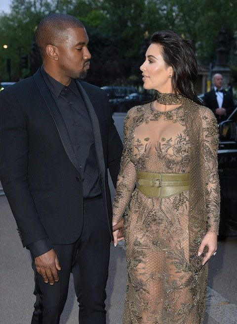 LONDRA, ENGLAND - MAY 23: Kanye West and Kim Kardashian West arrive for the Gala to celebrate the Vogue 100 Festival at Kensington Gardens on May 23, 2016 in London, England. (Photo by Karwai Tang/WireImage)