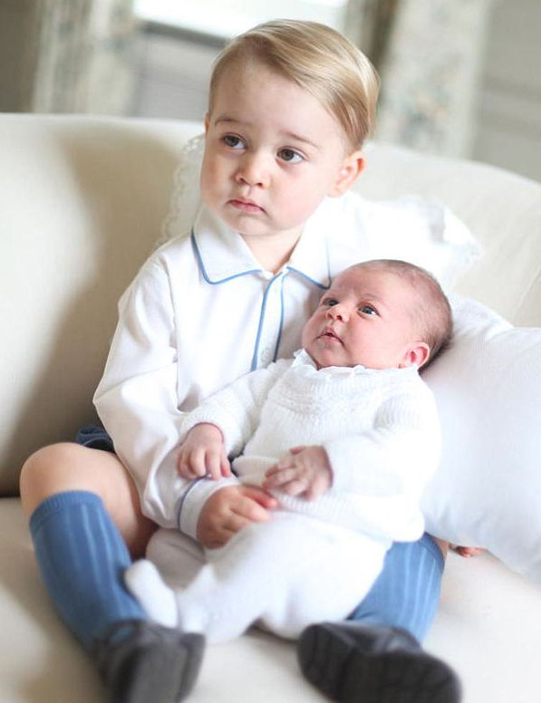 princezná Charlotte Gets Serious With Prince George