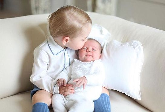 princezná Charlotte Gets a Kiss from Prince George