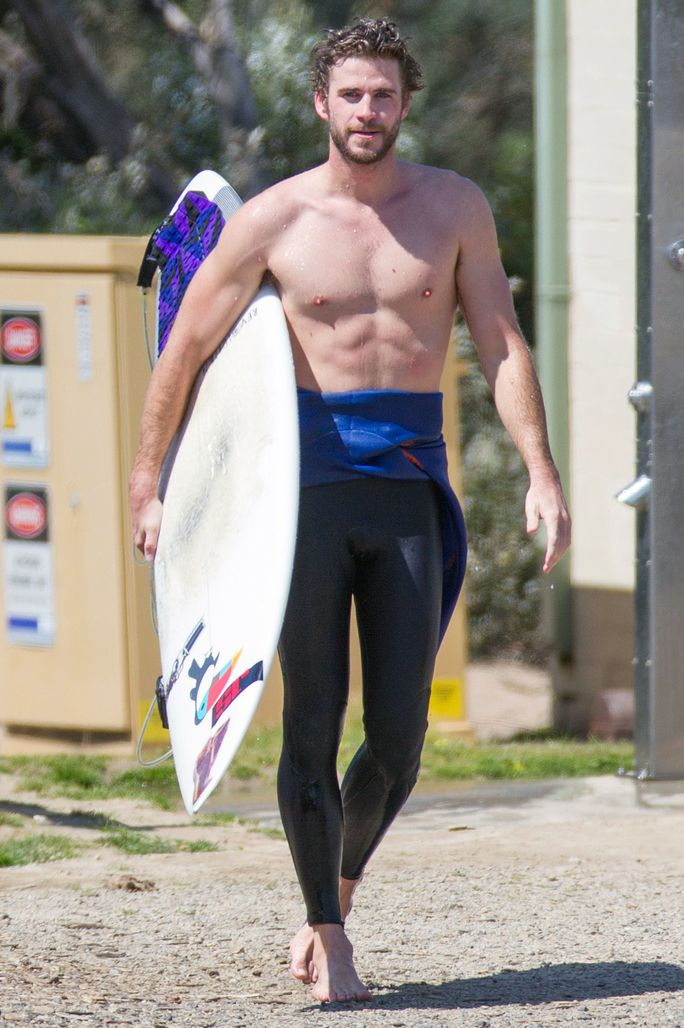 ESCLUSIVO: **PREMIUM EXCLUSIVE RATES APPLY** **NO WEB UNTIL 1AM PST, OCTOBER 8th** Liam Hemsworth goes surfing in Phillip Island.