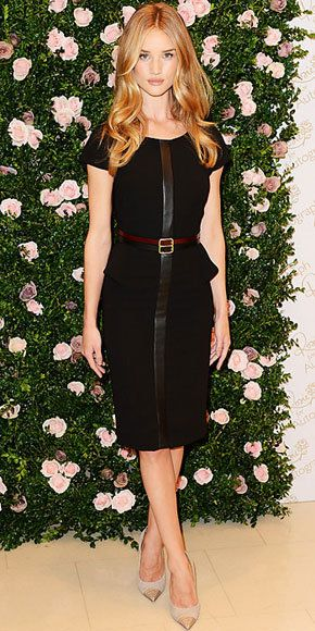 sofistikovaný: Rose Huntington-Whitely in leather-trimmed dress